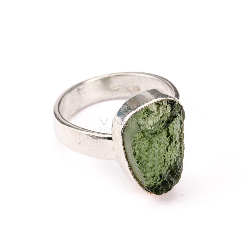anillo de plata y mineral de tectita moldavita verde